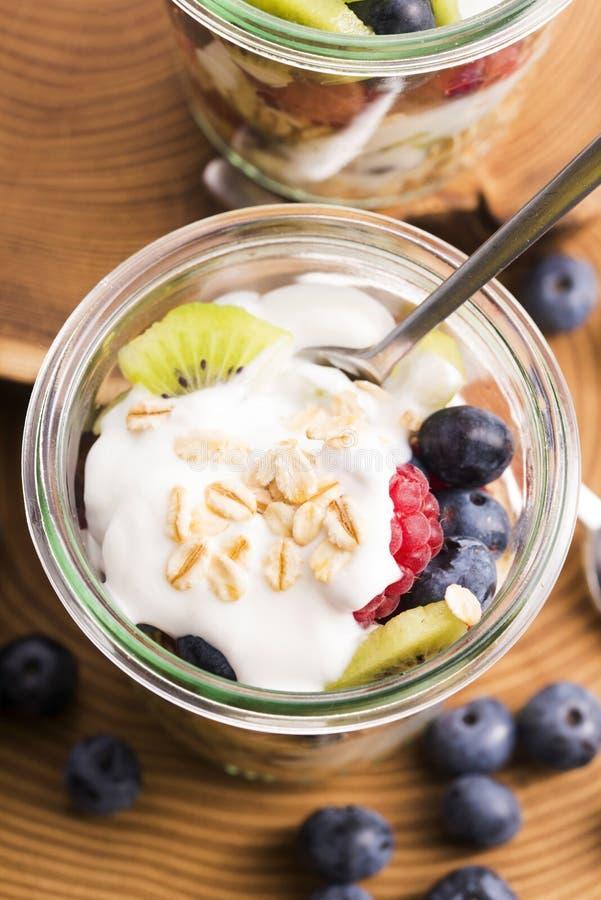 Musli serviu com joghurt e frutos frescos foto de stock