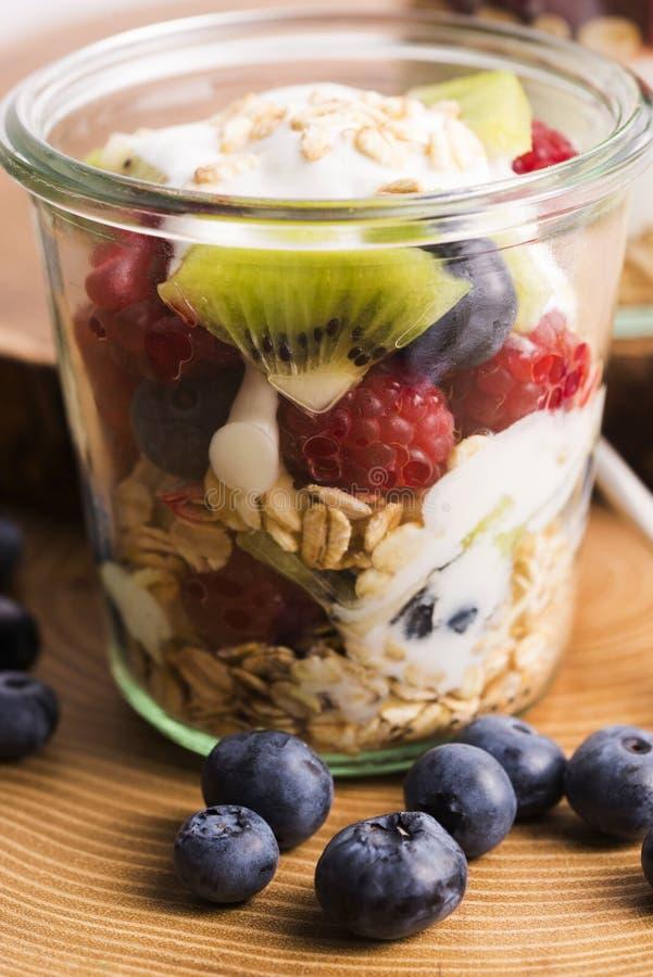 Musli serviu com joghurt e frutos frescos imagens de stock royalty free
