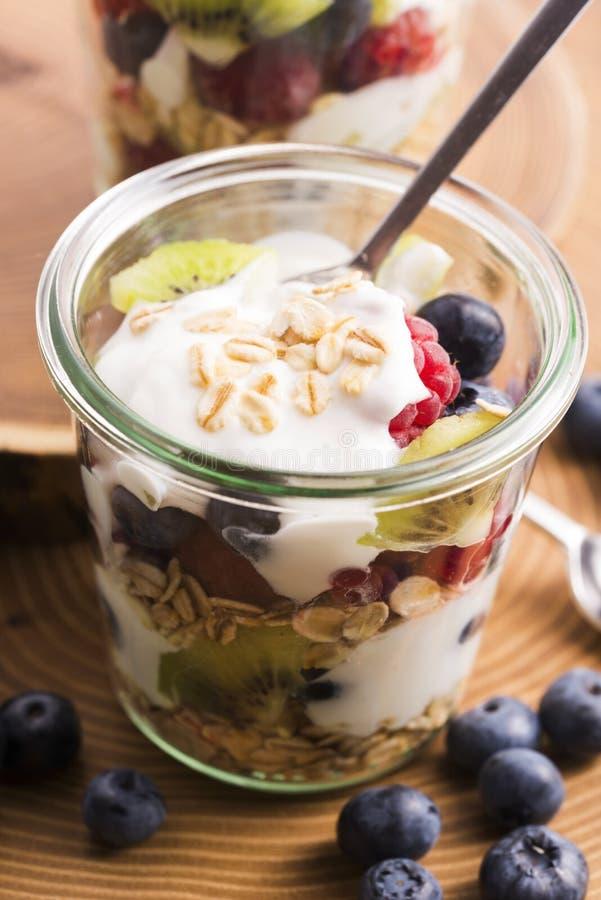 Musli serviu com joghurt e frutos frescos imagens de stock