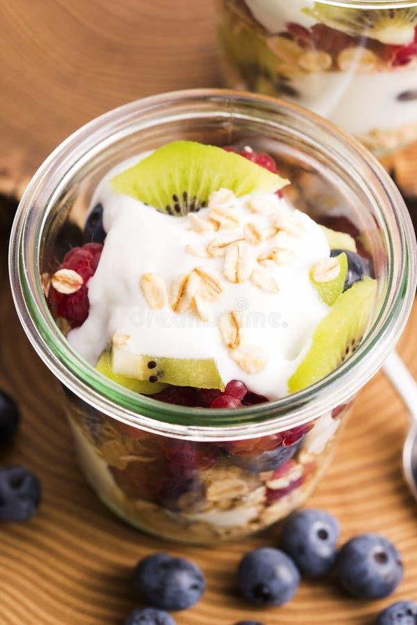 Musli serviu com joghurt e frutos frescos fotos de stock