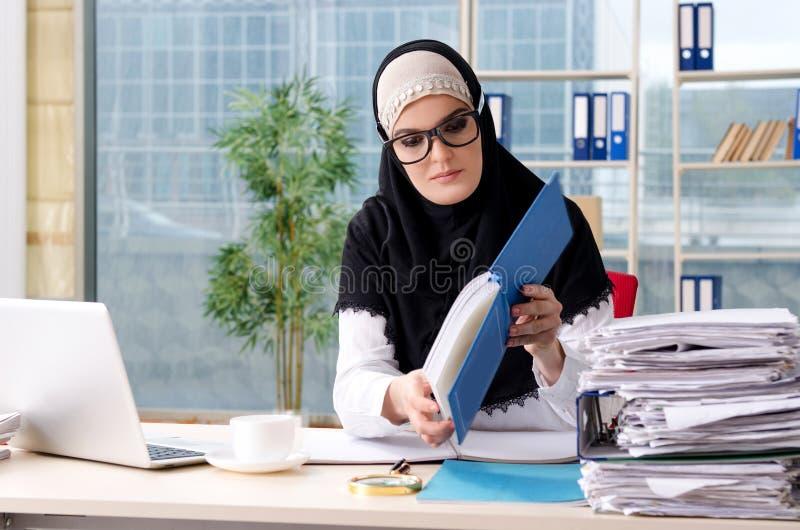 Muslim anställd för kvinna som arbetar i kontoret arkivfoton