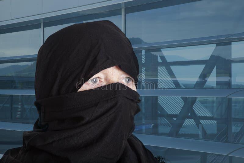 Muslima в городе стоковые изображения
