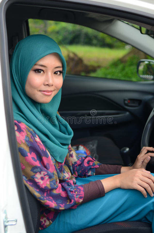 Muslimah bedrijfsvrouw in hoofdsjaal binnen de auto stock afbeeldingen