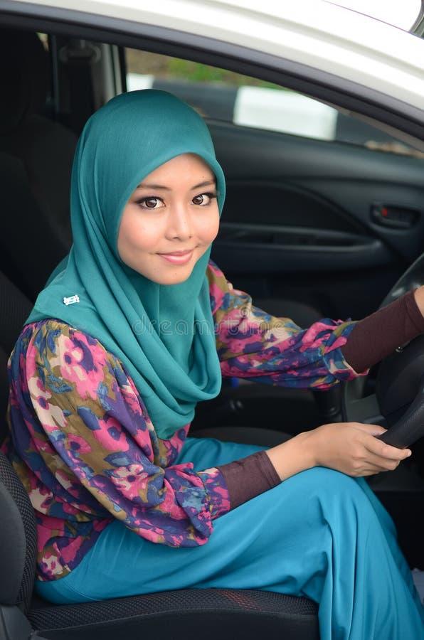 Muslimah bedrijfsvrouw in hoofdsjaal binnen de auto royalty-vrije stock fotografie
