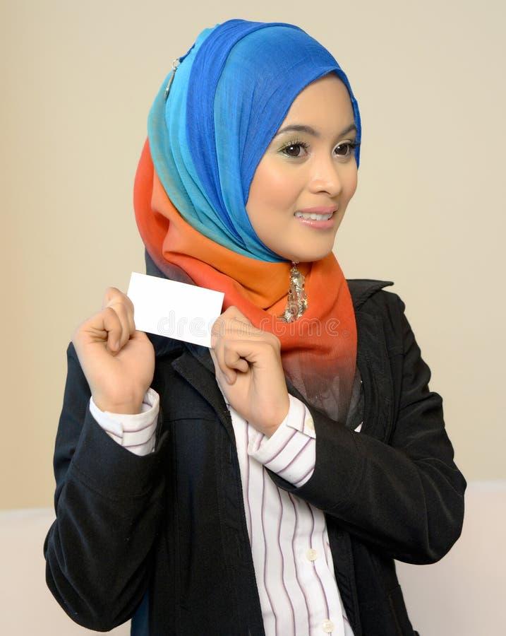 Muslimah bedrijfsvrouw in hoofdsjaal met witte kaart royalty-vrije stock foto