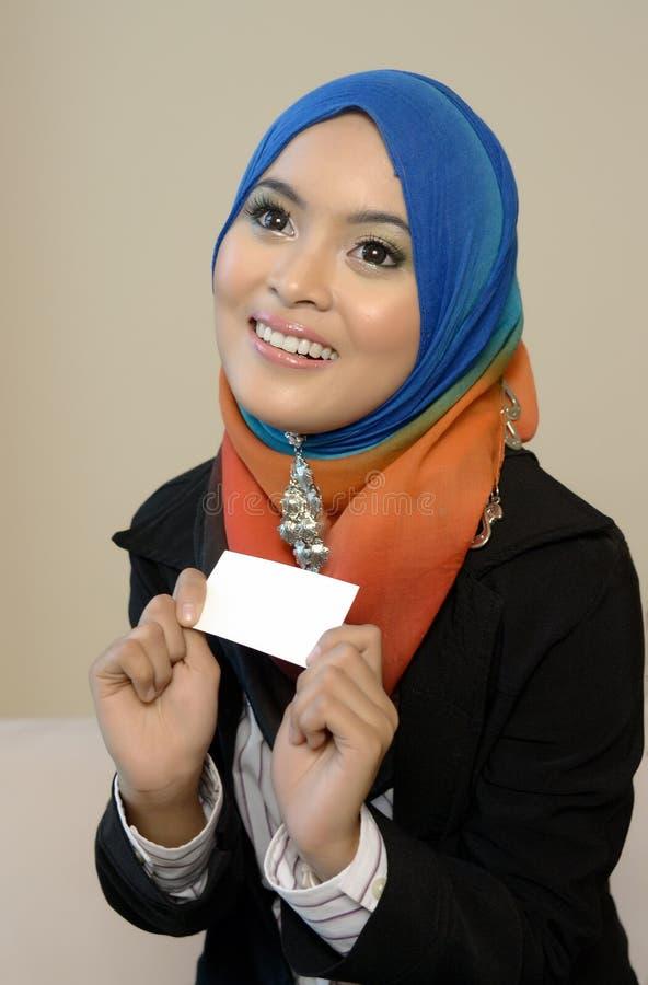 Muslimah bedrijfsvrouw in hoofdsjaal met witte kaart royalty-vrije stock foto's