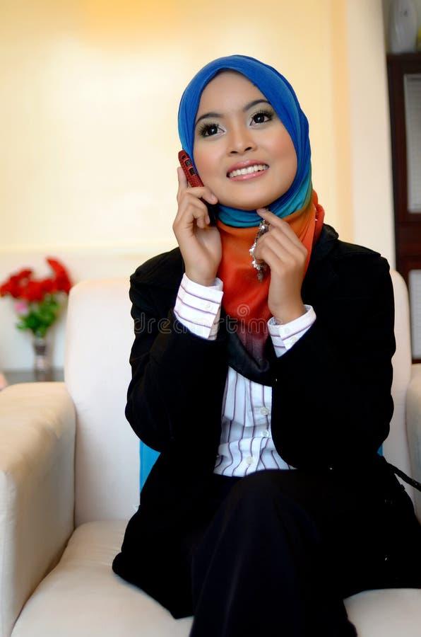 Muslimah biznesowa kobieta w kierowniczym szaliku z telefonem komórkowym obrazy royalty free