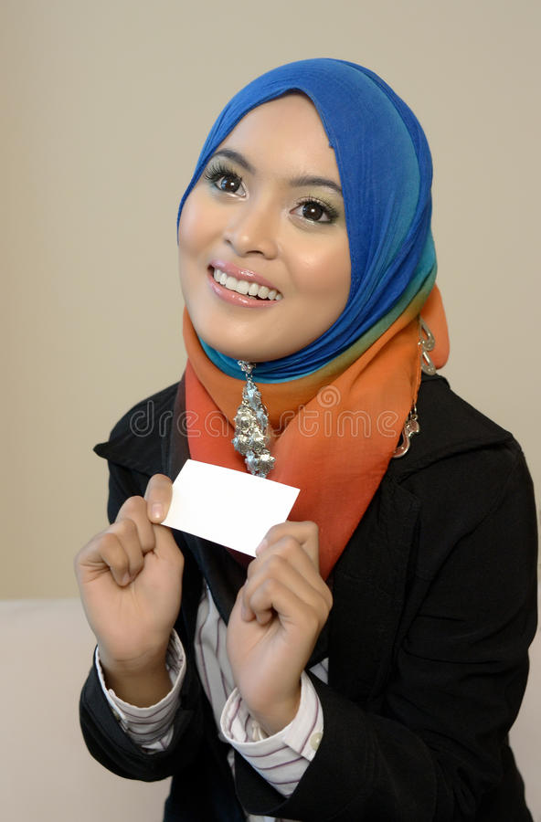 Muslimah business woman in head scarf with white card. Young asian muslim woman in head scarf smile royalty free stock photos