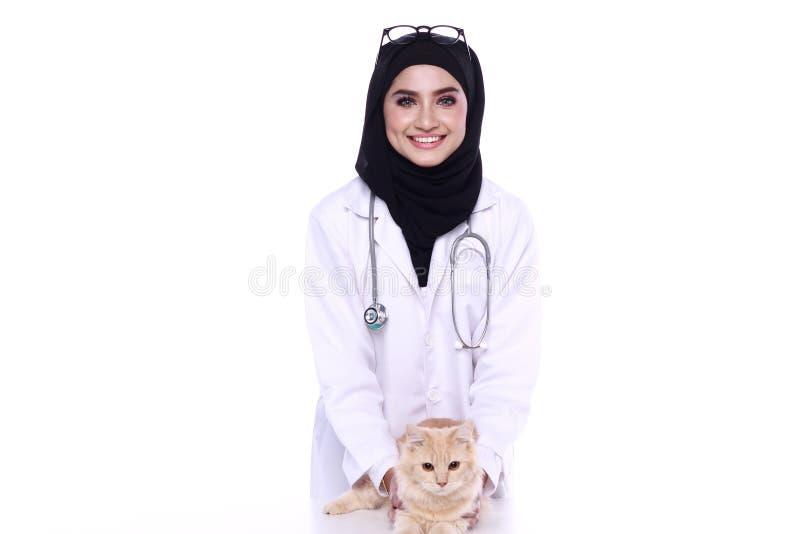Muslimah doktor som isoleras i vit bakgrund fotografering för bildbyråer