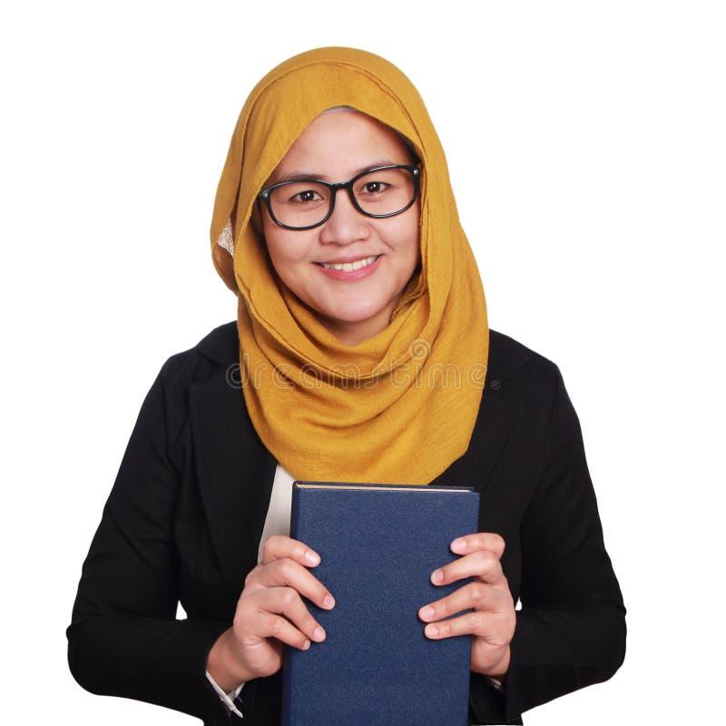 Muslimah-Geschäftsfrau Holding ein Buch lizenzfreie stockfotografie