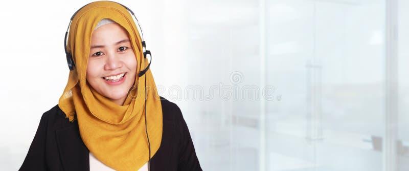 Muslimah-Geschäftsfrau-Kundendienst, Betreiber mit Kopfhörer a lizenzfreie stockfotografie