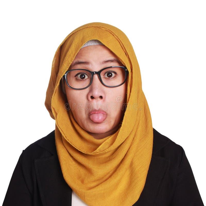 Muslimah-Geschäftsfrau-Pulled Out Her-Zunge lizenzfreie stockfotografie