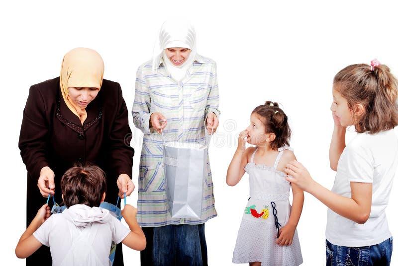 Muslimen fostrar köpta gåvor för ungar arkivfoto