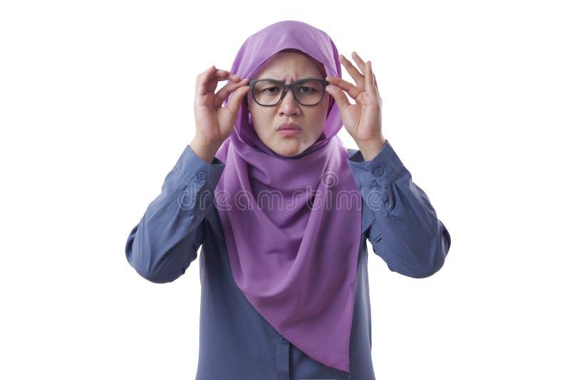 Muslimische Geschäftsfrau passt Brillen an lizenzfreie stockbilder