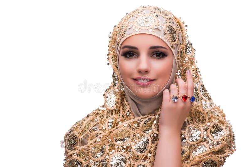 Muslimkvinnan i den guld- räkningen som isoleras på vit fotografering för bildbyråer