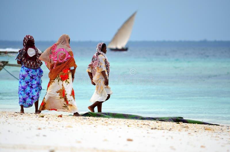 Muslimkvinnor på stranden, Zanzibar fotografering för bildbyråer