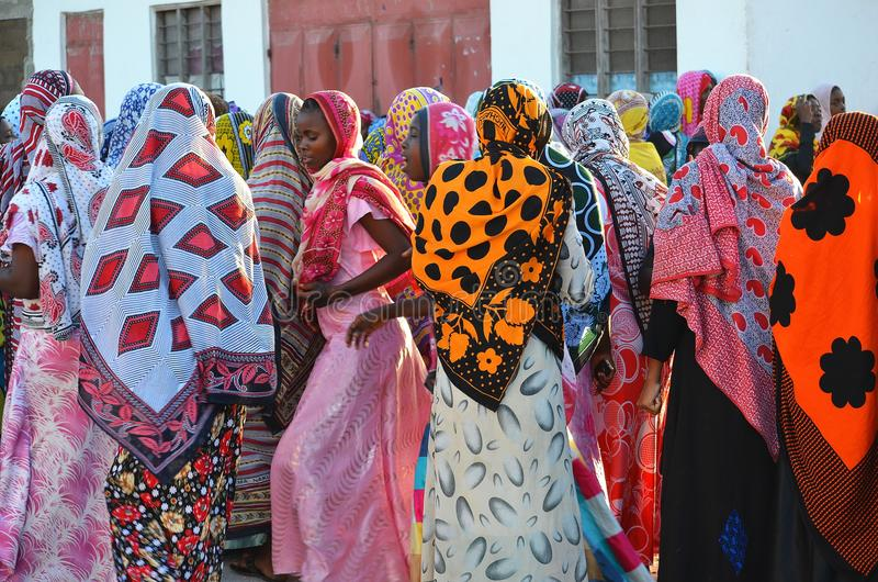 Muslimkvinnor som dansar på bröllop, Zanzibar arkivbild