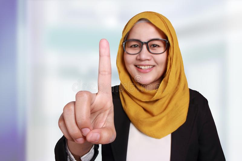 Muslimsk affärskvinnaShowing Number One gest royaltyfri fotografi