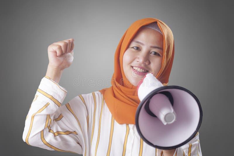 Muslimsk aff?rskvinna Calling eller erbjuda n?got med megafonen som annonserar marknadsf?ra begrepp arkivfoton