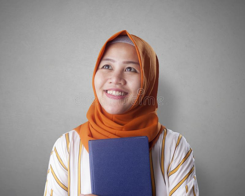 Muslimsk aff?rskvinna Reading Book arkivfoto