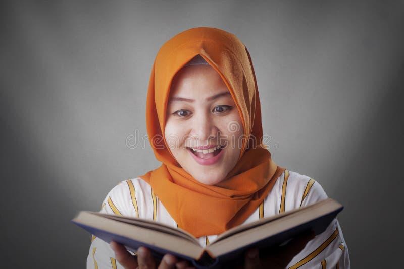Muslimsk aff?rskvinna Reading Book royaltyfria bilder