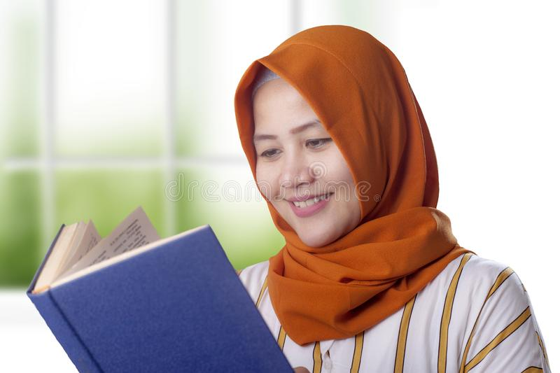 Muslimsk aff?rskvinna Reading Book royaltyfri fotografi