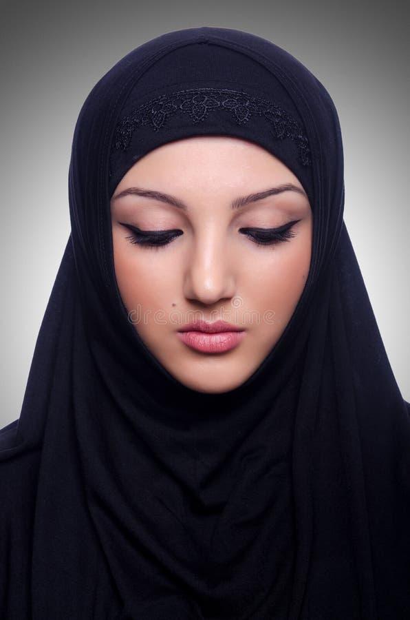 Muslimsk bärande hijab för ung kvinna arkivbilder