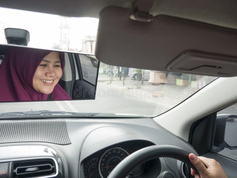 Muslimsk bil f?r dam Driving royaltyfri bild