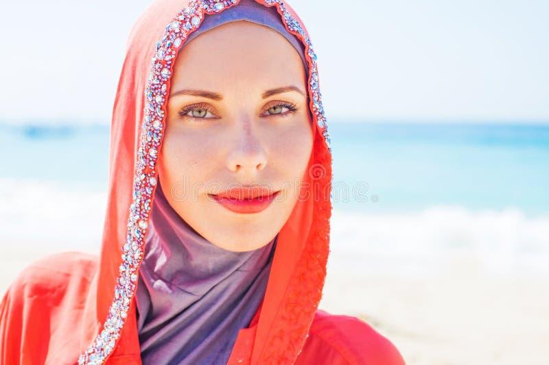 Muslimsk caucasian kvinna (för ryss som) bär den röda klänningen royaltyfri bild