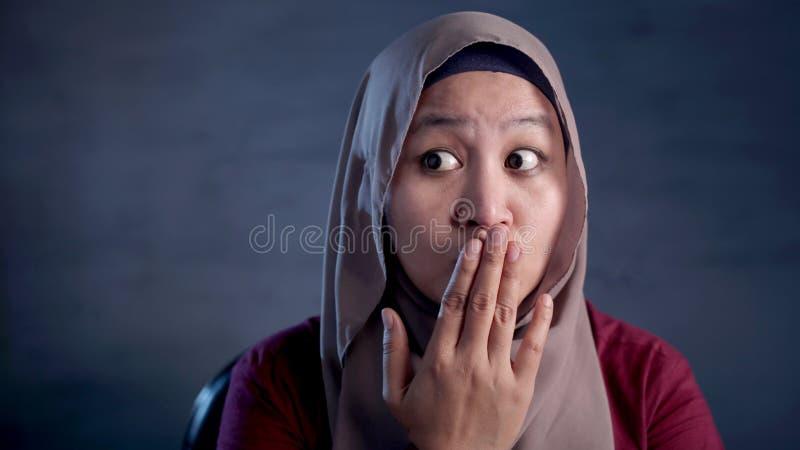 Muslimsk dam Shocked och st?nga hennes mun fotografering för bildbyråer