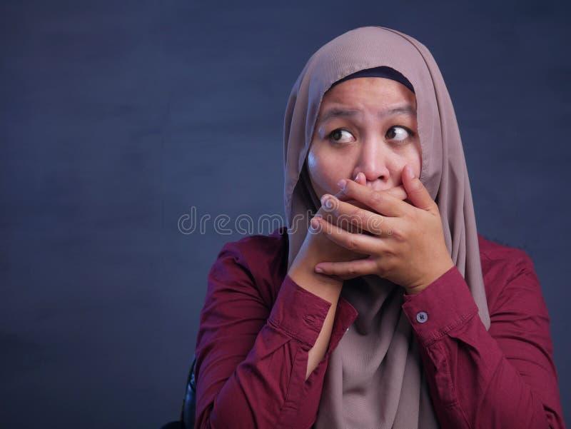 Muslimsk dam Shocked och st?nga hennes mun arkivfoto
