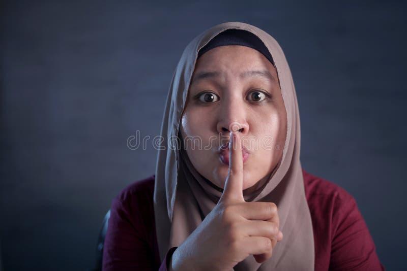 Muslimsk dam Shushing Gesture royaltyfria foton
