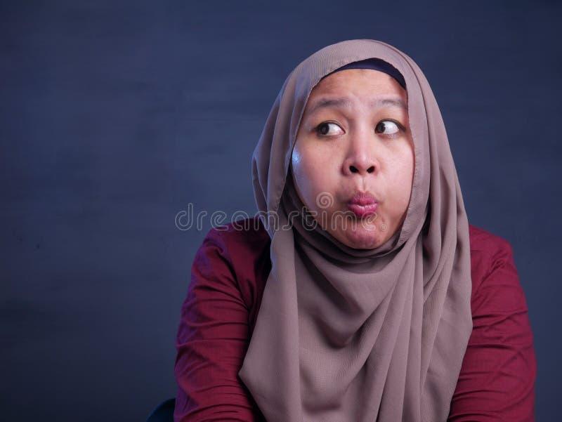 Muslimsk dam Worried och rymmaandedr?kt arkivbild