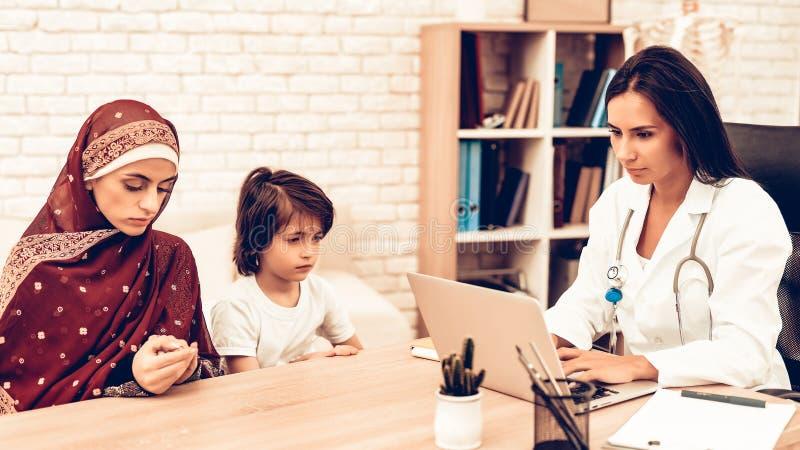Muslimsk familj på doktors Tidsbeställning Kontor arkivbilder