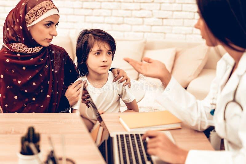 Muslimsk familj på doktors Tidsbeställning Kontor royaltyfri fotografi
