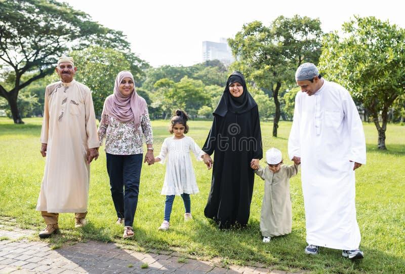 Muslimsk familj som har en godatid utomhus fotografering för bildbyråer
