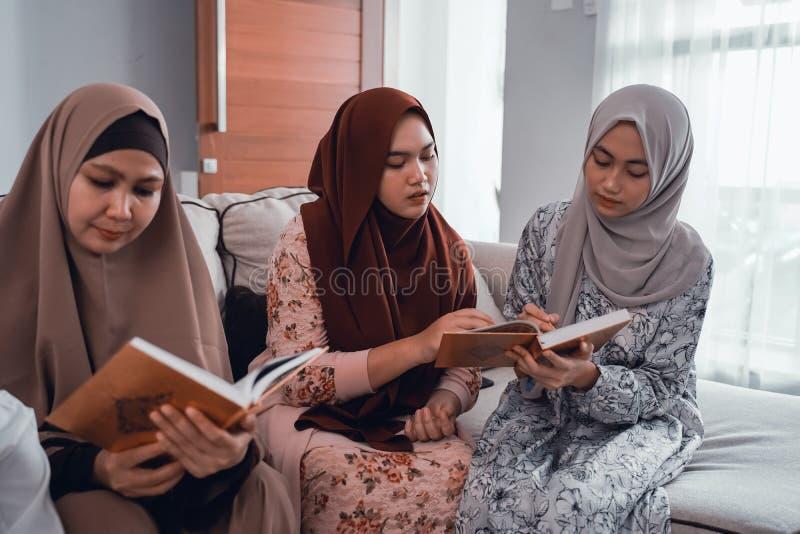 Muslimsk familjl?sningquran eller helig bok av islam tillsammans arkivbilder