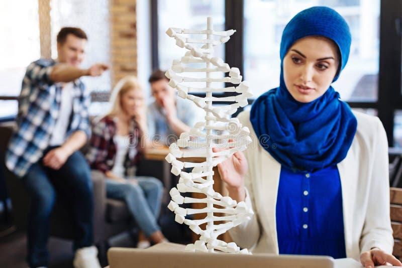 Muslimsk flicka som studerar genetik royaltyfria bilder