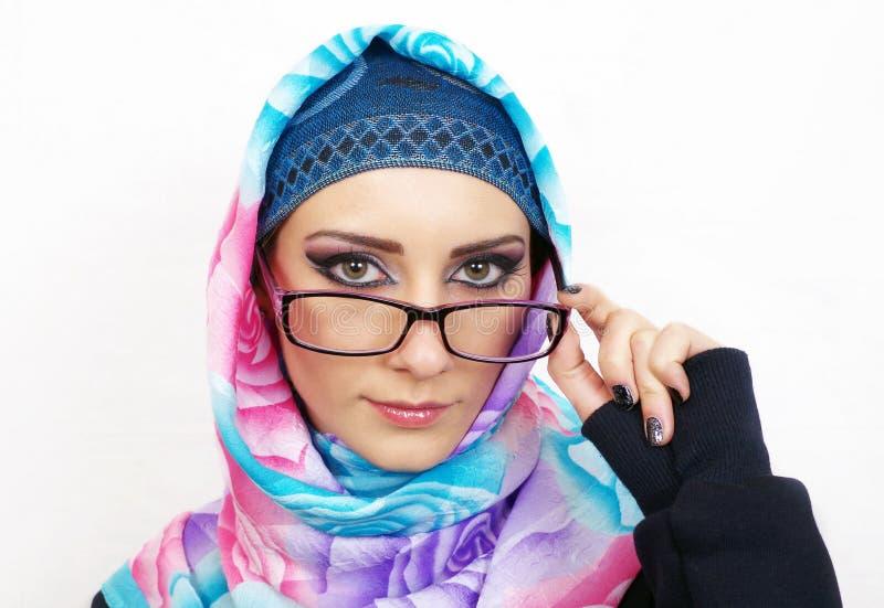 Muslimsk flickastående arkivbilder