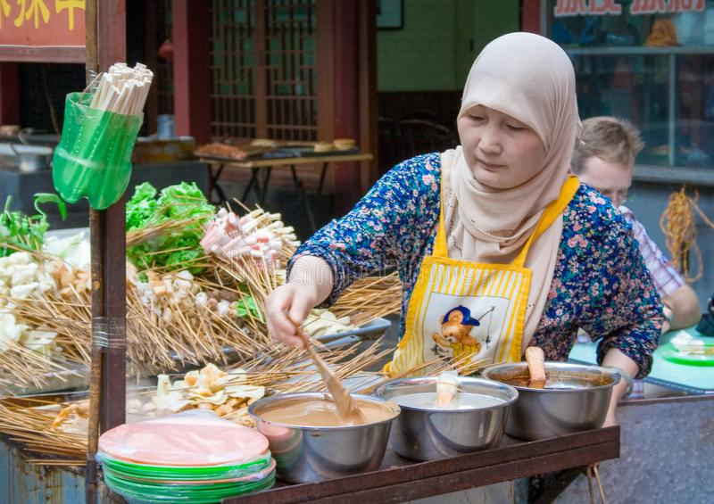 Muslimsk gata i Xian Det huvudsakliga matgataområdet är bekant som den Huimin gatan eller muslimsk fjärdedel arkivbild