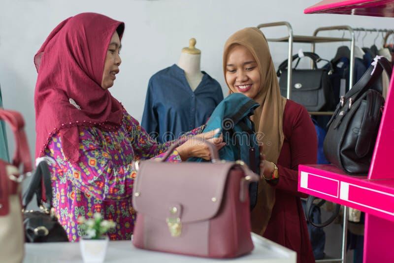 Muslimsk Hijab kvinnashopping f?r tv? p? modelagret royaltyfri fotografi