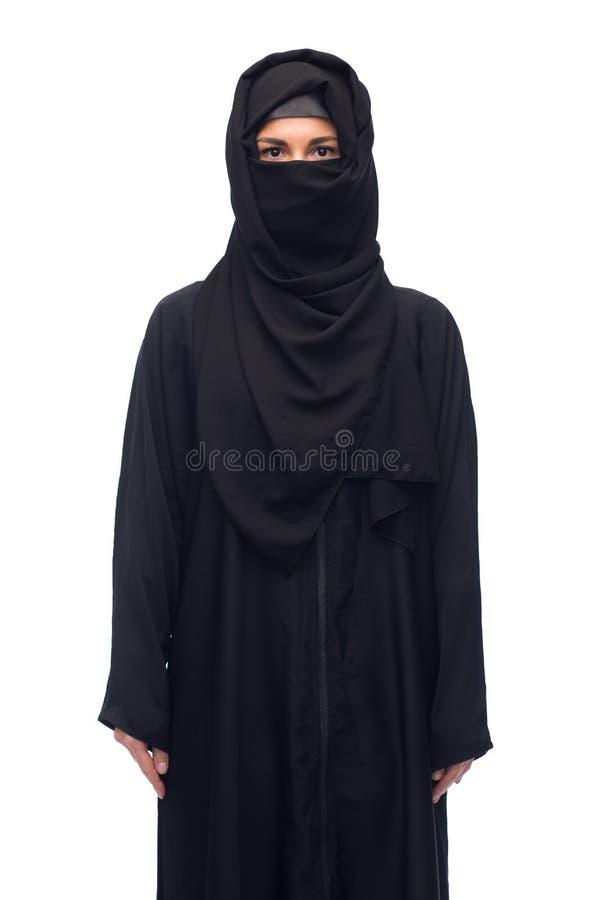 Muslimsk kvinna i hijab över vit bakgrund arkivfoton