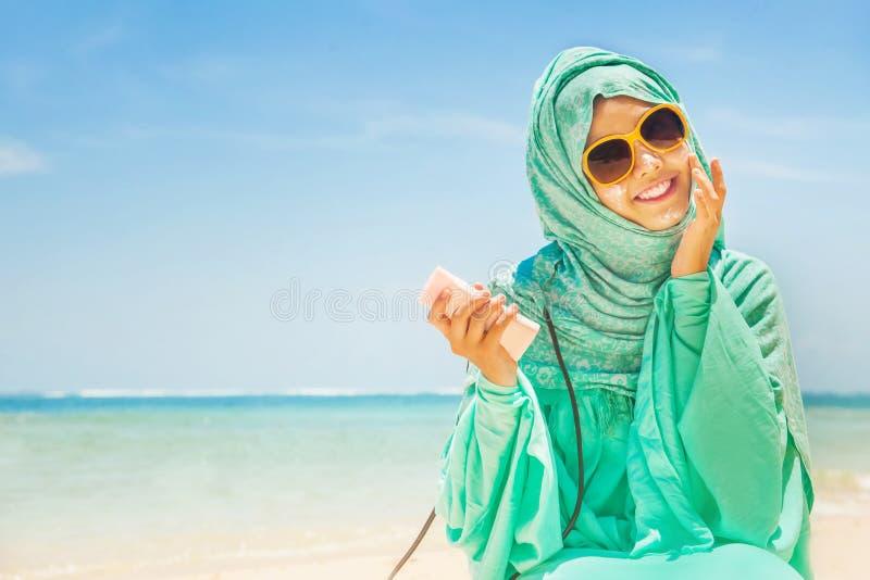 Muslimsk kvinna på en strand arkivbild
