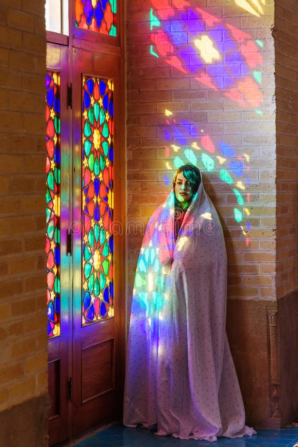 Muslimsk kvinna som ber i den Nasir Ol-Molk moskén, också som är berömd som rosa moské shiraz iran fotografering för bildbyråer