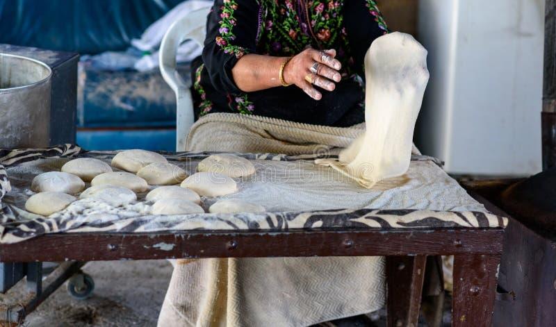 Muslimsk kvinna som g?r mat arkivfoton