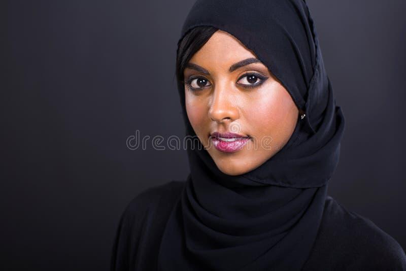 Muslimsk kvinnaheadshot arkivbild