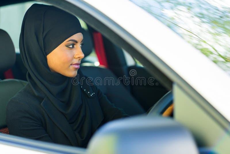 Muslimsk kvinnakörning royaltyfria bilder