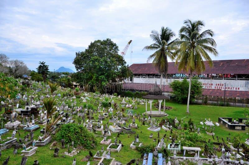 Muslimsk kyrkogård på att slutta kullen med Brooke Dockyard och kranen Kuching Sarawak Malaysia arkivfoto