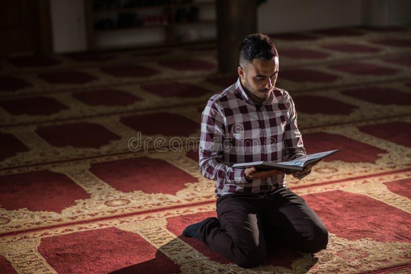 Muslimsk läs- Koranen royaltyfri foto