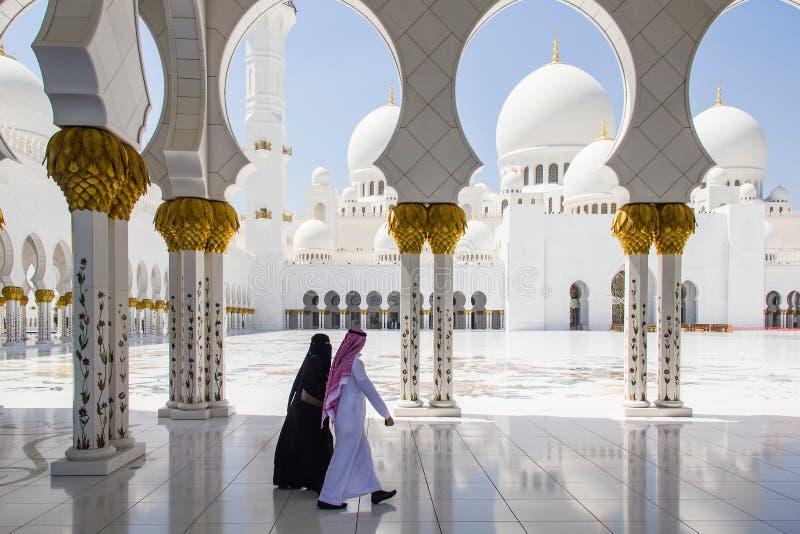 Muslimsk man och kvinna som går på Sheikh Zayed Grand Mosque som tas på mars 31, 2013 i Abu Dhabi, enhet arkivbilder
